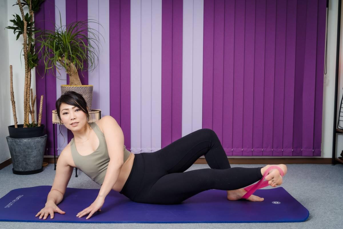 伸ばしている脚を半分まで下ろして、上げるの動きをゆっくりくり返す