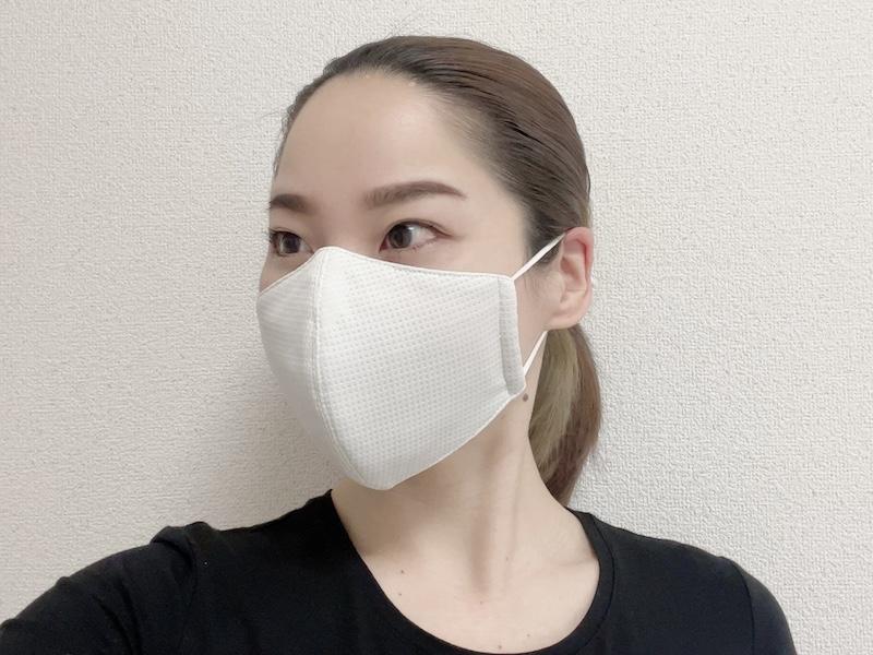 リラクシングマスクをつけた寒川さんの横顔