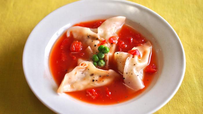 トマト缶の酸味とサバ缶の旨み!春キャベツの水餃子スープレシピ
