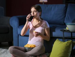 夜中のおやつは仕事の質を低下させる!?  海外研究が解き明かす「甘い誘惑」のデメリットとは
