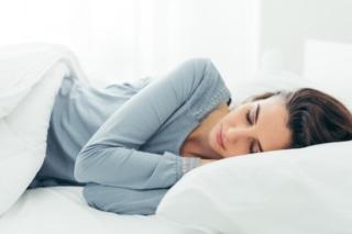 ベッドに横になる女性画像