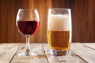 ビールと赤ワインの画像