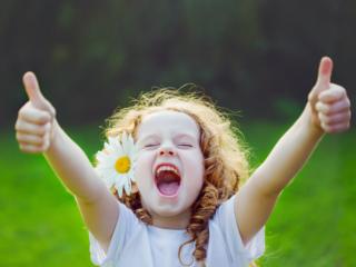 喜びを表現する女の子