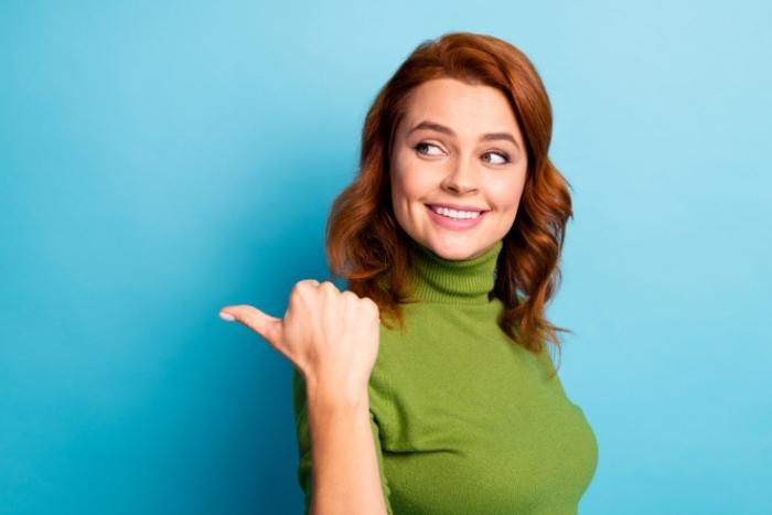 青い背景の女性の画像