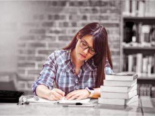 ペンでノートに書き込む女性