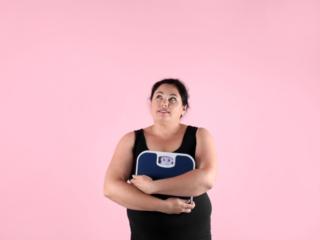 体重計を抱える女性