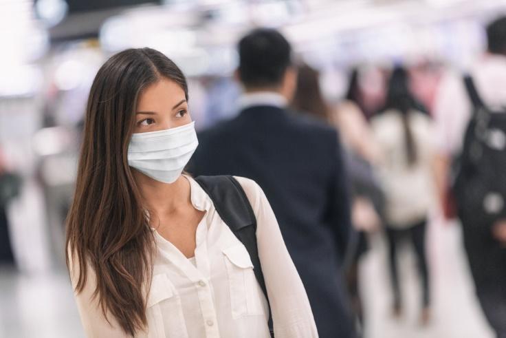 マスクをする女性画像
