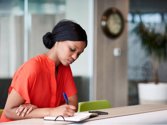 手帳に書き込む女性