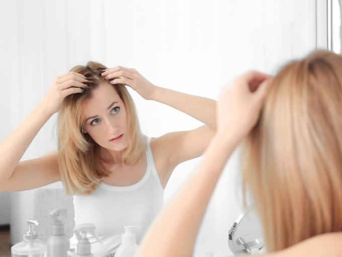頭髪を気にする女性
