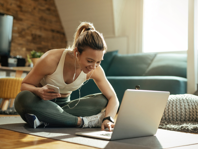 オンラインでエクササイズの準備をする女性