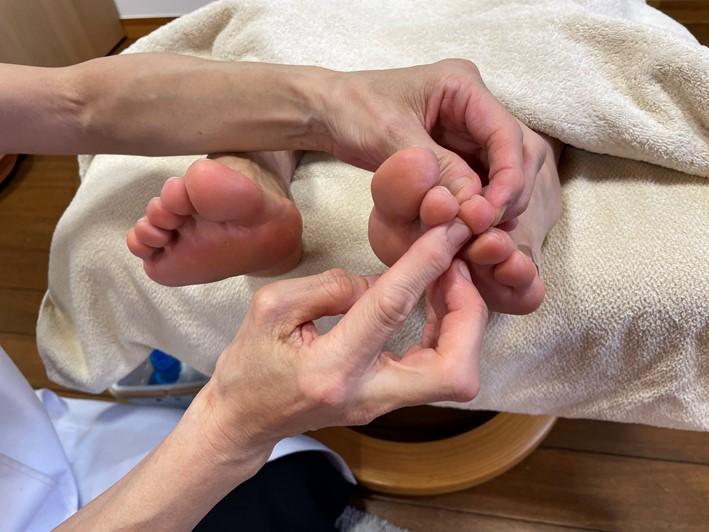 中指を指さしている画像