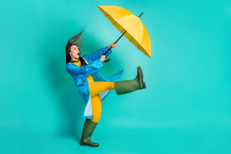 黄色い傘を持つ女性画像