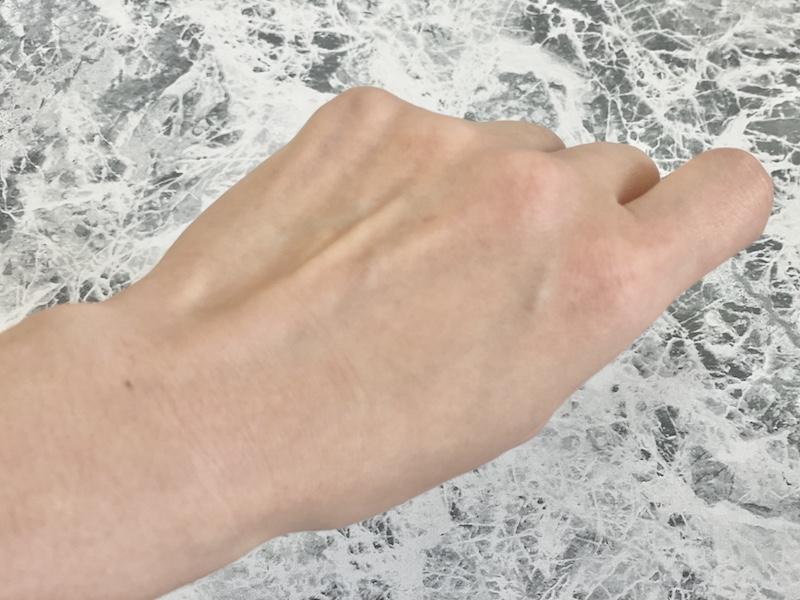 泡を洗い流した手の甲の画像