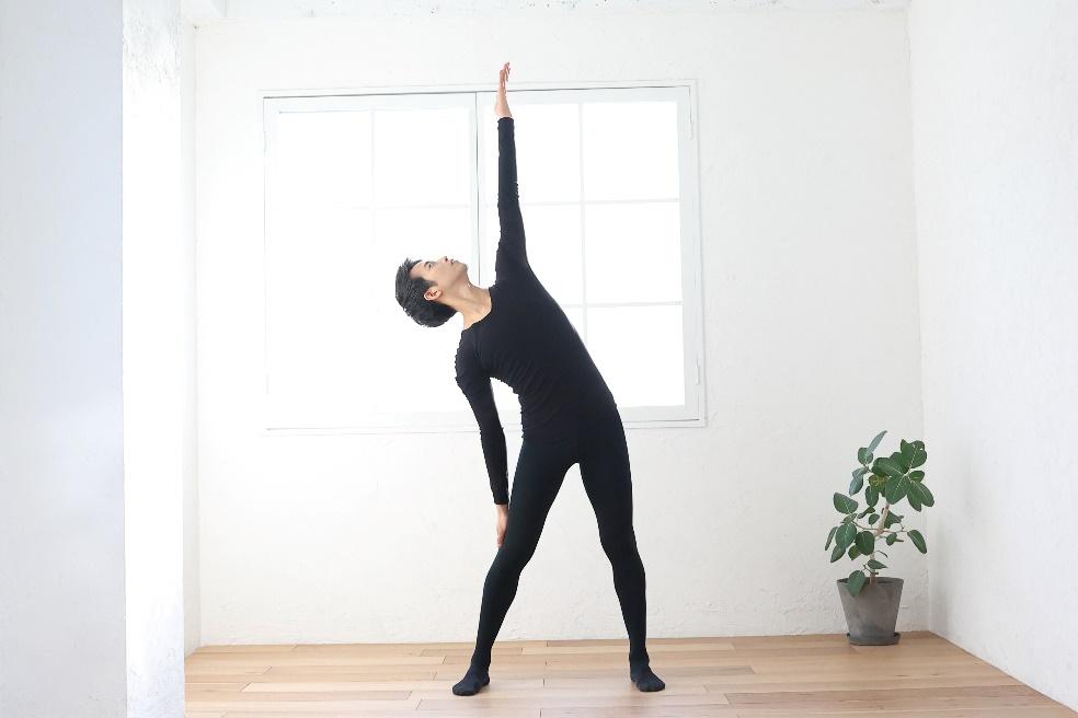 腕を伸ばして体側を伸ばす