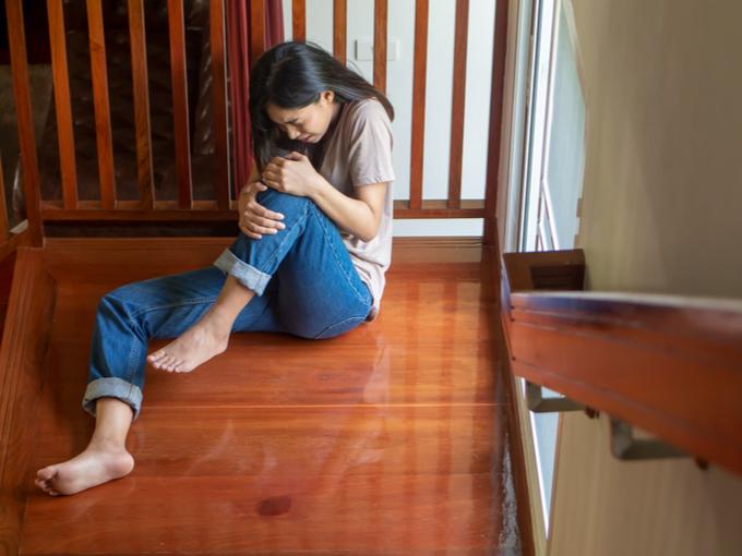 転倒して脚を痛めた状態の女性