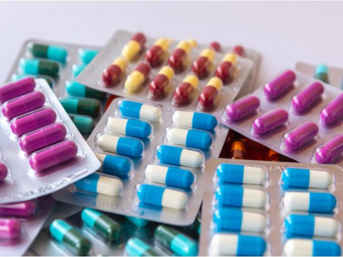 大量のカプセルの薬