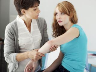 腕に湿疹がある女性