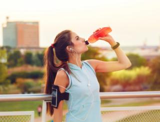 足がつるなら水よりスポーツドリンク! 立教大学などの研究で「水は逆効果」と注意