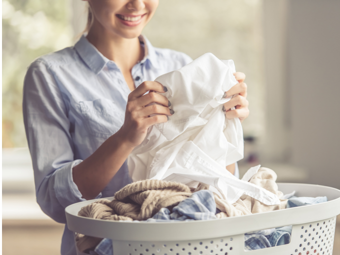 洗濯物をまとめる女性