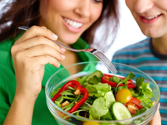 一緒に食べるとヘルシー!  海外研究が指摘する、「個食」より「グループ」での食事が健康的な理由
