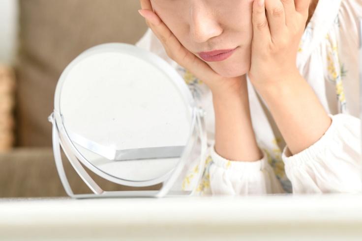 鏡を見る女性の口もと画像