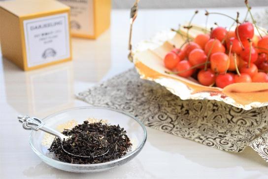 ダージリンの茶葉とさくらんぼ
