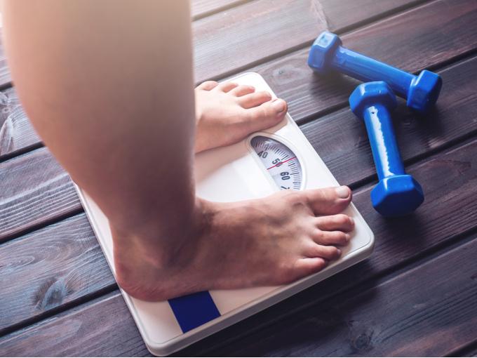 体重計にのった女性の足元