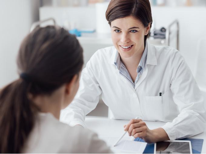 患者に説明する女性医師
