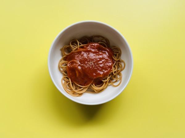 トマトガーリックのソースをのせたパスタ