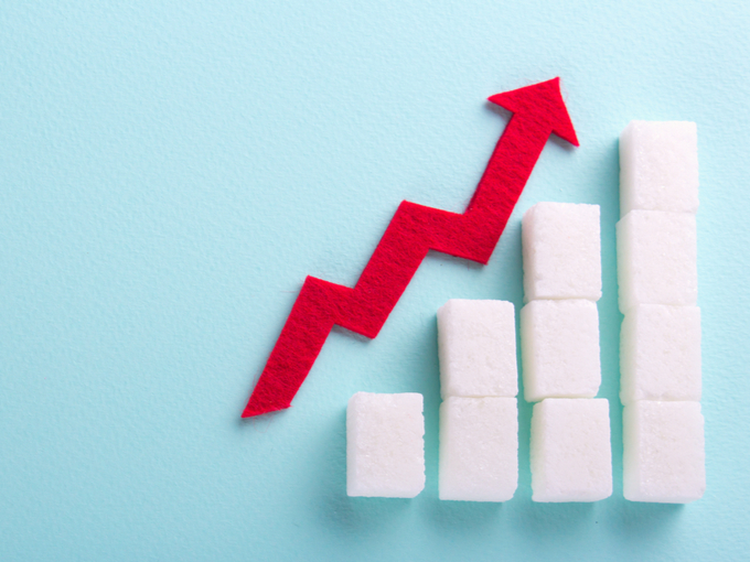 砂糖の模型と、血糖値の上昇を示す矢印の模型