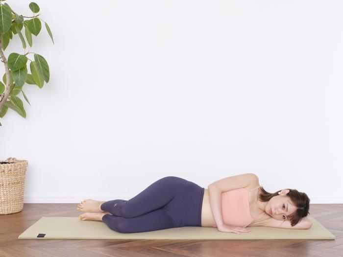 横になり、頭、肩、腰を一直線に