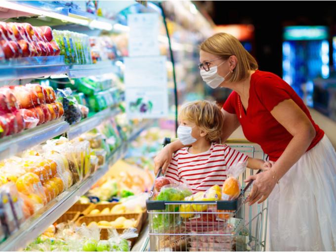 スーパーで買い物するマスク姿の親子