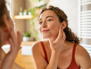 急に増えた顔のシミ…美容家が実践。肌を明るく、透明感を出す方法 #40代お悩み