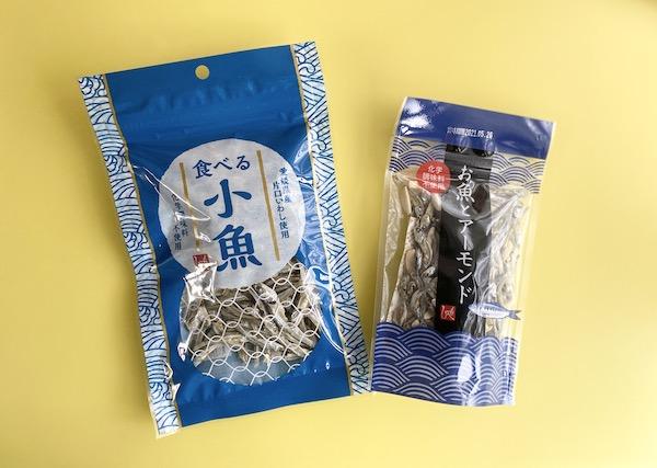 食べる小魚(左)とお魚とアーモンド(右)