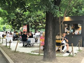 外で食事を楽しむ様子の写真