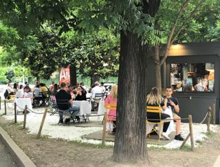 イタリアでは意外な場所にオープン席が出現! コロナ対策で生まれたユニークなとり組みとは?