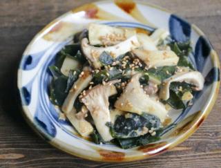サッと炒めるだけ! 食物繊維が豊富な食材とみそで腸活「エリンギとわかめのみそバター」