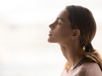 ゆっくり呼吸をする女性