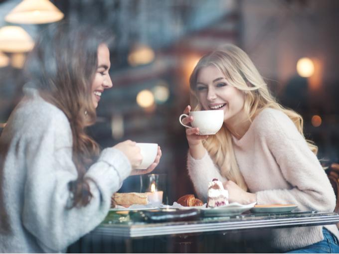 コーヒーを飲む女性たち