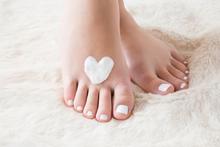 素足と白いハートの画像