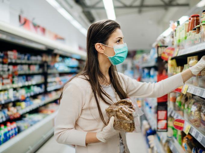 スーパーで食材を選ぶマスク姿の女性
