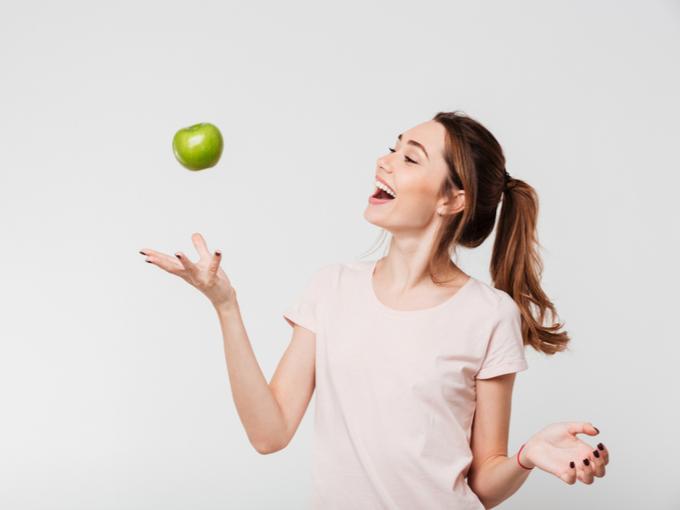 りんごを手にする女性