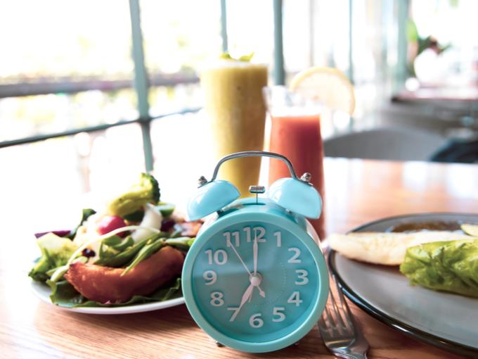 朝食と目覚まし時計