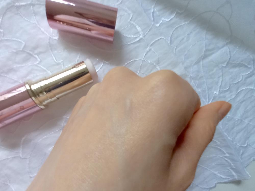 スティック美容液を手の甲に塗ってみた画像
