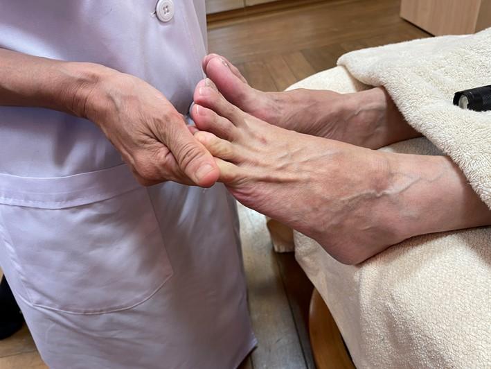 MAさんの足指を伸ばしている画像