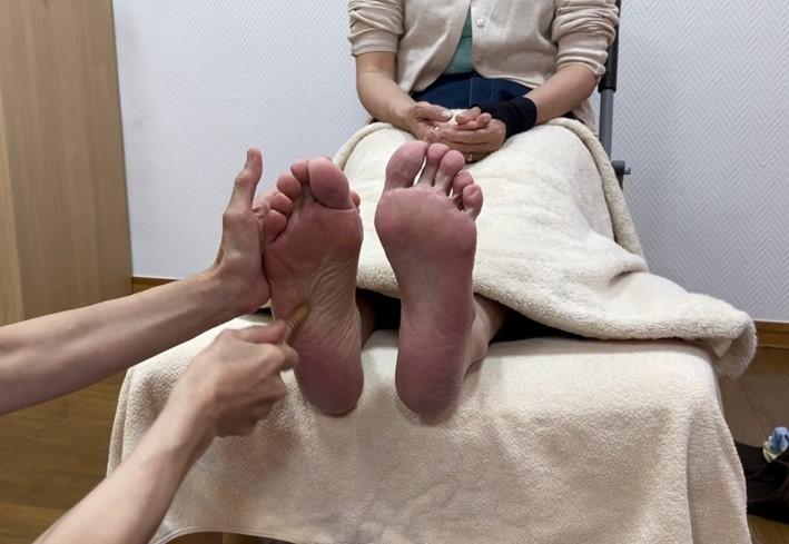 MAさんの足を棒で施術する画像