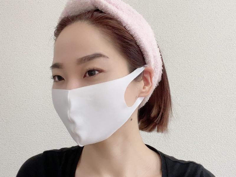 マスクをつけたシャープ顔メイクの完成