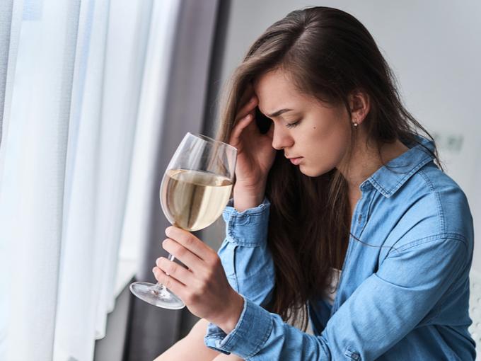 飲酒する女性