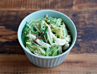 辛さとコクが絶妙! おいしく大量消費できちゃう「水菜と蒸し鶏のわさマヨサラダ」 #今日の作り置き