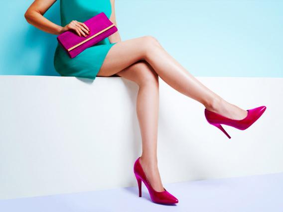 ピンクのハイヒールの女性画像